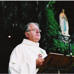 aan de grot van Lourdes